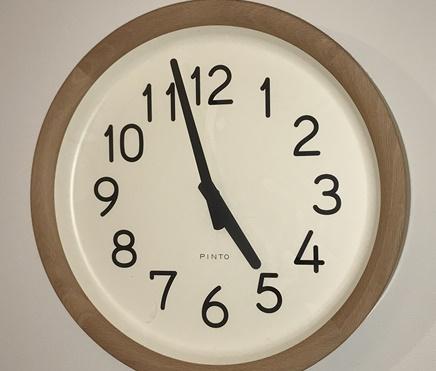 もうすぐ午前5時を示す時計