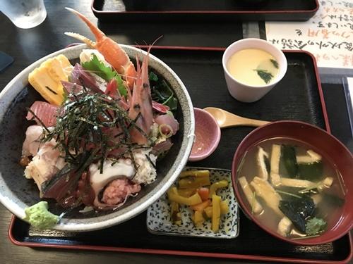 「ごはん処 一歩」の海せん丼(上)