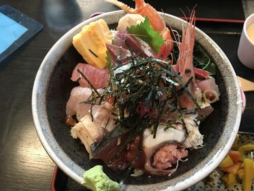 「ごはん処 一歩」の海せん丼(上)アップ写真
