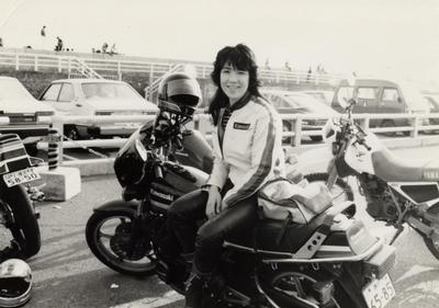 バイクに乗り微笑む若い頃の高市早苗