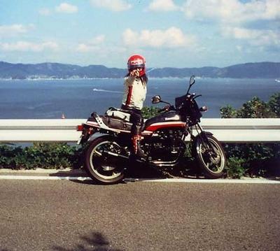バイクに乗りポーズを決める高市早苗
